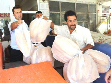 2013 yılına ait fotoğraf. İlk gün 2.000 ekmek ikinci gün 3.200 ekmek kısa sürede satılmıştı.